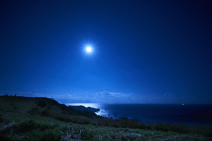 伊豆 ユウスゲ公園からの月の写真素材 [FYI04668827]