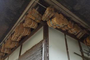 福島県大内宿の家屋のマメコバチの巣の写真素材 [FYI04668892]
