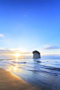 能登半島国定公園 朝日と見附島の写真素材 [FYI04668979]