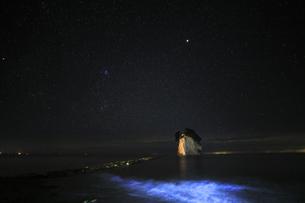能登半島 見附島と満天の星空の写真素材 [FYI04668982]