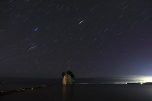 能登半島 見附島と満天の星空の写真素材 [FYI04668984]