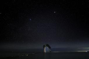 能登半島 見附島と満天の星空の写真素材 [FYI04668985]