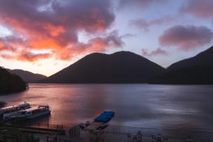 朝焼けの然別湖の写真素材 [FYI04669042]