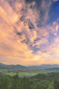パノラマ展望台から望む塩田平と朝焼けの写真素材 [FYI04669324]