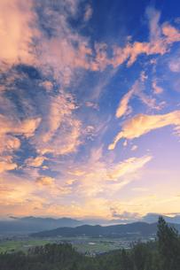 パノラマ展望台から望む塩田平と太朗山などの山並みと朝焼けの写真素材 [FYI04669325]
