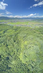パノラマ展望台付近から望む塩田平と半過岩鼻方向の山並みの写真素材 [FYI04669328]