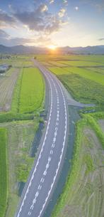 新県道82号と塩田平の古安曽の田園と夕日の写真素材 [FYI04669330]