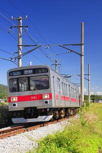 五加のカーブを通過する別所線の1000系電車の写真素材 [FYI04669349]