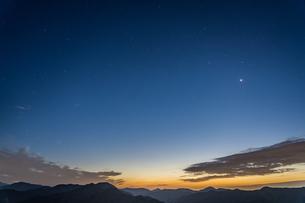 川根町の朝日段から見た朝焼けの空と星 静岡県島田市の写真素材 [FYI04669427]