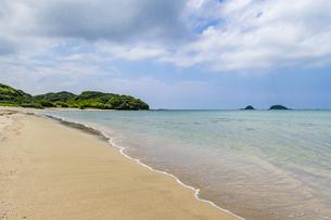 赤田海水浴場から双子島を望むの写真素材 [FYI04669448]