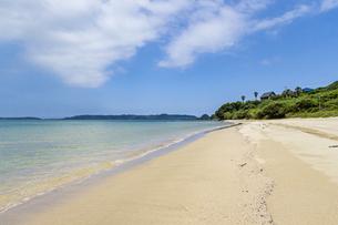赤田海水浴場から鳩島と角島大橋を望むの写真素材 [FYI04669449]