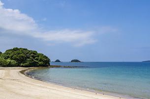 赤田海水浴場から双子島を望むの写真素材 [FYI04669451]