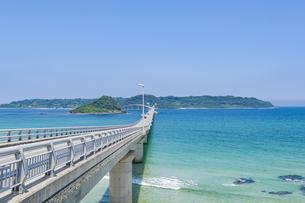 角島へと真っ直ぐに伸びる海士ヶ瀬ロードの写真素材 [FYI04669452]