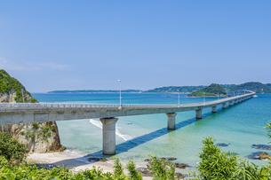 角島へと真っ直ぐに伸びる海士ヶ瀬ロードの写真素材 [FYI04669455]