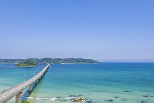 角島へと真っ直ぐに伸びる海士ヶ瀬ロードの写真素材 [FYI04669460]