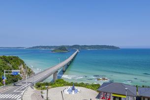 角島へと真っ直ぐに伸びる海士ヶ瀬ロードと海士ヶ瀬公園の写真素材 [FYI04669465]