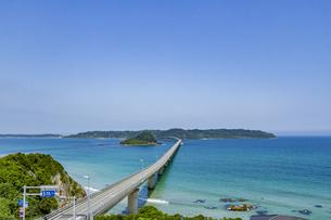 角島へと真っ直ぐに伸びる海士ヶ瀬ロードの写真素材 [FYI04669468]