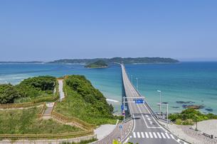 角島へと真っ直ぐに伸びる海士ヶ瀬ロードと展望台の写真素材 [FYI04669469]