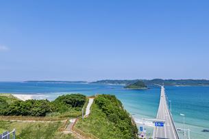 角島へと真っ直ぐに伸びる海士ヶ瀬ロードと展望台の写真素材 [FYI04669471]
