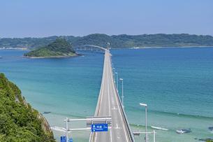 角島へと真っ直ぐに伸びる海士ヶ瀬ロードの写真素材 [FYI04669472]