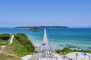 角島へと真っ直ぐに伸びる海士ヶ瀬ロードの写真素材 [FYI04669474]