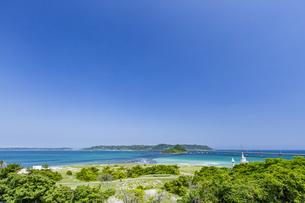 ホテル西長門リゾートのチャペルと対岸の角島の写真素材 [FYI04669476]