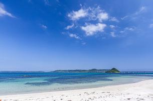 真っ白な砂浜と対岸の角島の写真素材 [FYI04669477]