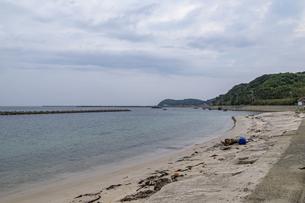 旧下関市立 角島中学校前の砂浜の写真素材 [FYI04669493]