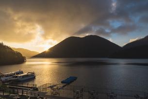 然別湖からの朝日の写真素材 [FYI04669651]