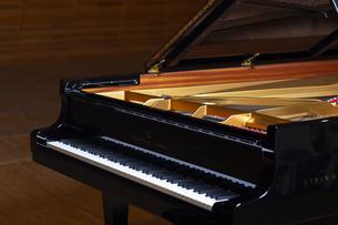 ステージにあるグランドピアノの写真素材 [FYI04670062]