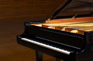 ステージにあるグランドピアノの写真素材 [FYI04670063]
