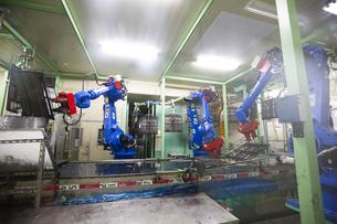 工場で稼働する産業ロボットの写真素材 [FYI04670064]