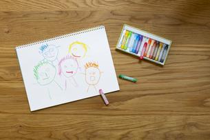 スケッチブックと子供が描いた家族の似顔絵の写真素材 [FYI04670067]