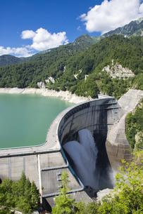 放水している黒部ダムの写真素材 [FYI04670070]
