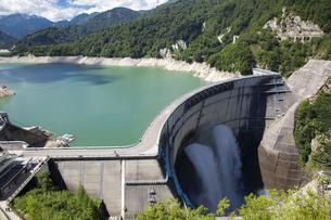 放水している黒部ダムの写真素材 [FYI04670074]