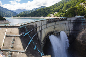 放水している黒部ダムの写真素材 [FYI04670077]