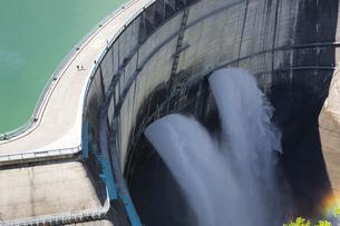 黒部ダムの放水の写真素材 [FYI04670078]