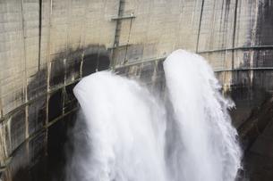 黒部ダムの放水の写真素材 [FYI04670079]