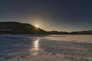 赤城山大沼の夕日の写真素材 [FYI04670124]