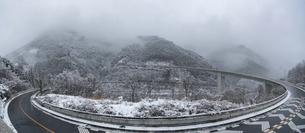 雪の雷電廿六木橋(滝沢ダムの写真素材 [FYI04670138]