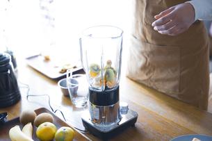 おうちカフェで、フルーツスムージーを作る女性の写真素材 [FYI04670483]