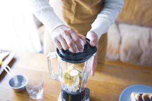 おうちカフェで、フルーツスムージーを作る女性の写真素材 [FYI04670484]