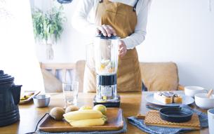 おうちカフェで、フルーツスムージーを作る女性の写真素材 [FYI04670485]