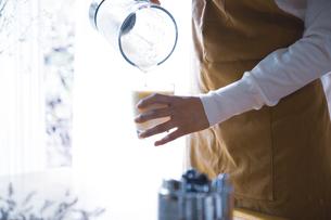おうちカフェで、フルーツスムージーを作る女性の写真素材 [FYI04670487]