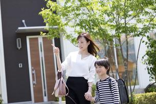 母親と手をつなぐ小学生の男の子の写真素材 [FYI04670497]