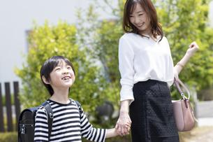 母親と手をつなぐ小学生の男の子の写真素材 [FYI04670499]