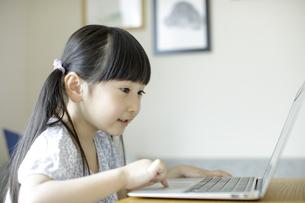 ノートパソコンを操作する女の子の写真素材 [FYI04670501]