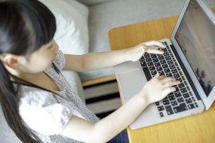ノートパソコンを操作する女の子の写真素材 [FYI04670502]