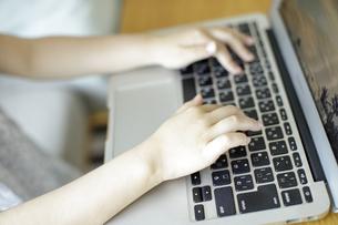 ノートパソコンを操作する子供の手の写真素材 [FYI04670503]
