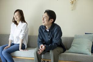 ソファに座る日本人夫婦の写真素材 [FYI04670546]